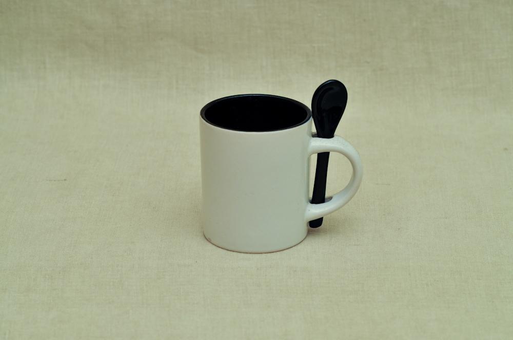 Kruus väike lusikaga must
